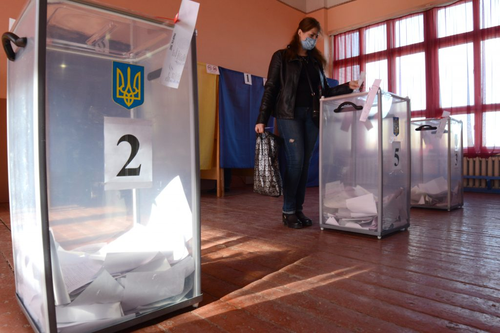 A woman casts her ballot in Konstyantynivka during Ukraine's October 25 municipal elections. (Valentin Sprinchak/TASS)